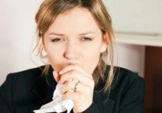 Девушка с туберкулезом кашляет